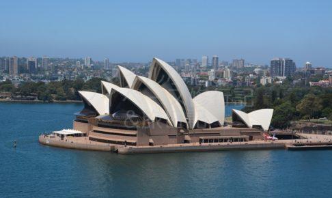 シドニーのハーバーブリッジからオペラハウス